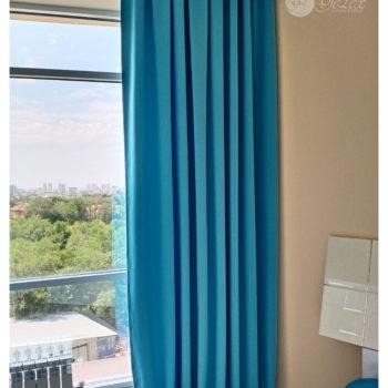 яркие шторы спальня
